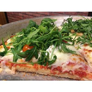 Pizza margherita al trancio con rucola