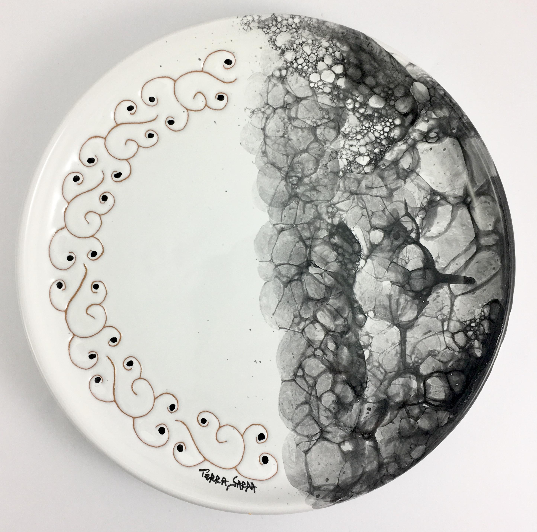 Come Appendere Piatti In Ceramica piatto da appendere cm 23 linea ossidiana in ceramica sarda decorato a mano
