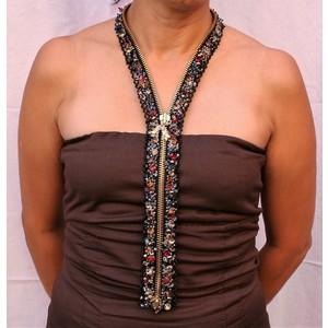 Collana gioiello ricamata su cerniera dorata indossata davanti