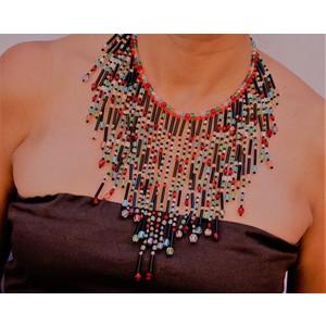 Collana bavaglino cristalli colorati e tubini neri indossata davanti