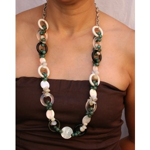 Collana lunga fantasia con madreperla bianca e pietre dure con anelle in plexiglass indossata