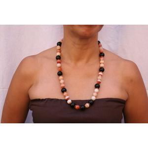Collana lunga in corniola e perle nere indossata davanti